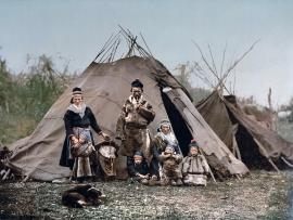 1280px-Saami_Family_1900